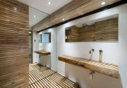 Koupelna ve dřevě (Zdroj foto: planosdecasas.net)
