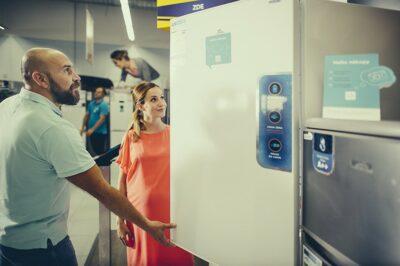 Půjčit si na novou energeticky úspornou lednici je v pořádku. Ale vzít si půjčku na nejnovější model telefonu už je zbytečné.